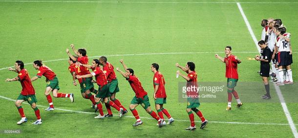 Portugal a celebrar o apuramento para as meias-finais no jogo frente à Inglaterra, no Euro 2004