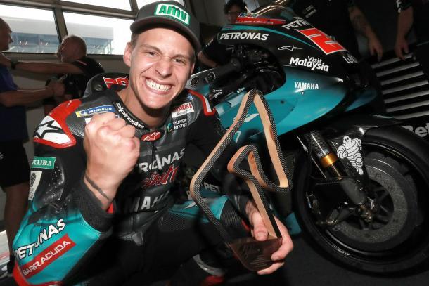 El piloto, junto a su moto y el trofeo de tercer clasificado. Imagen: MotoGP