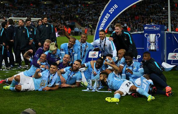 Otamendi e seus companheiros comemoram título da Copa da Liga Inglesa em 2016 (Foto: Catherine Ivill - AMA/Getty Images)