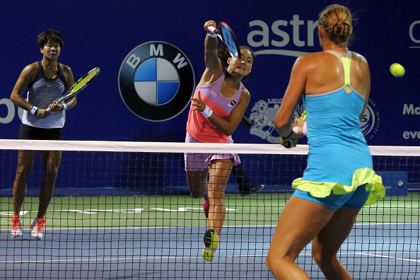 Yafan Wang (right) delivers an overhead smash (Photo: Getty Images)