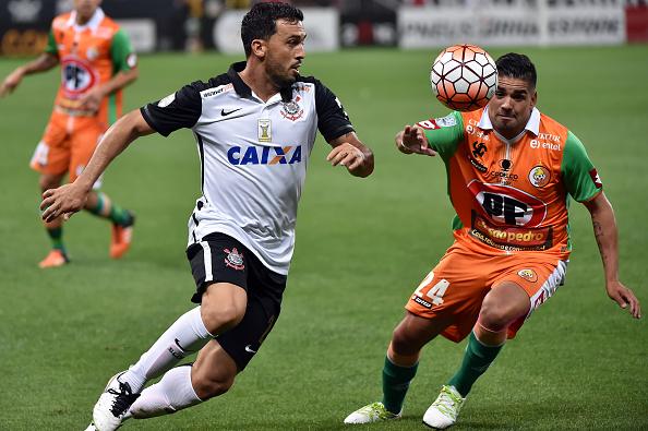 Edilson participou da Libertadores 2016 pelo Timão, e era reserva imediato de Fágner (Foto: Getty Images)