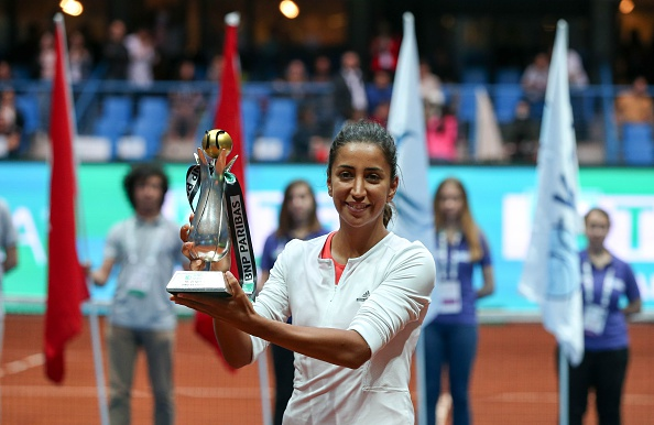 Buyukakcay lifts her maiden WTA title. Photo credit: Anadolu Agency/Getty Images.