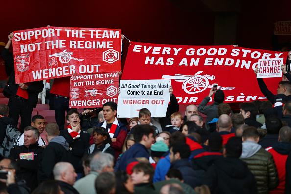 Torcedores pedem saídas de Wenger no jogo contra o Norwich, em abril (Foto: Paul Gilham/Getty Images)