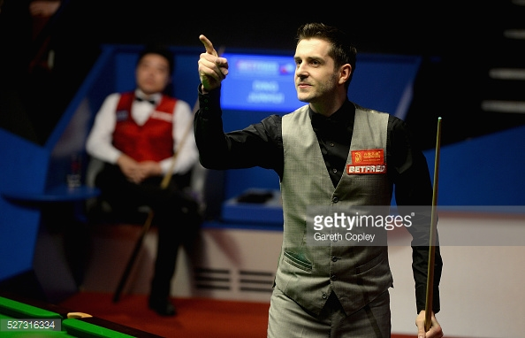 Selby points to his wife after potting the winning ball (photo: Getty Images)