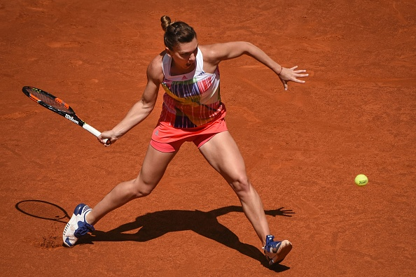 Halep digs her way of out of trouble to keep the match on serve | Photo: Pedro Armestre/Getty Images