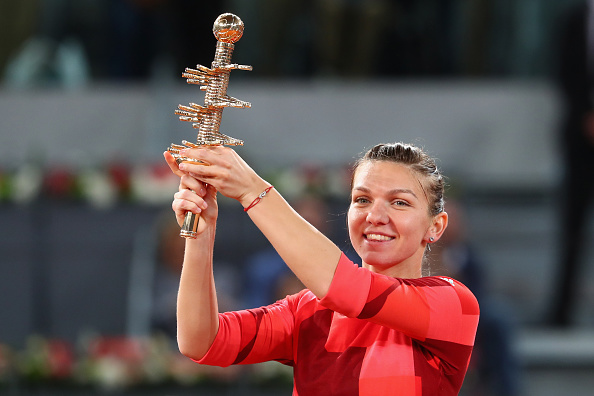 Halep with her prize | Photo: Julian Finney/Getty Images