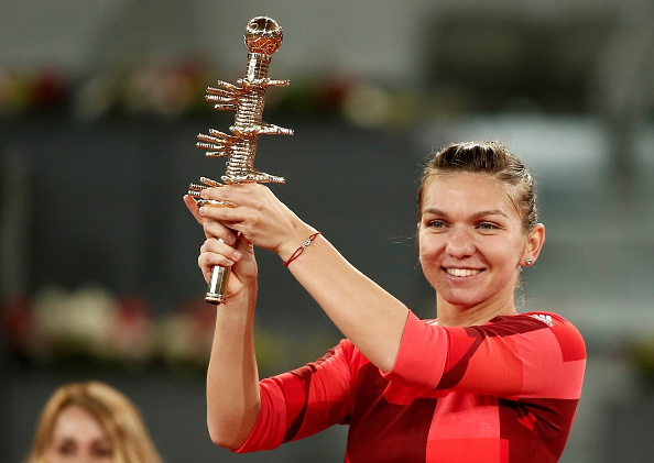 Halep with the Madrid trophy   Photo: Burak Akbulut/Getty Images