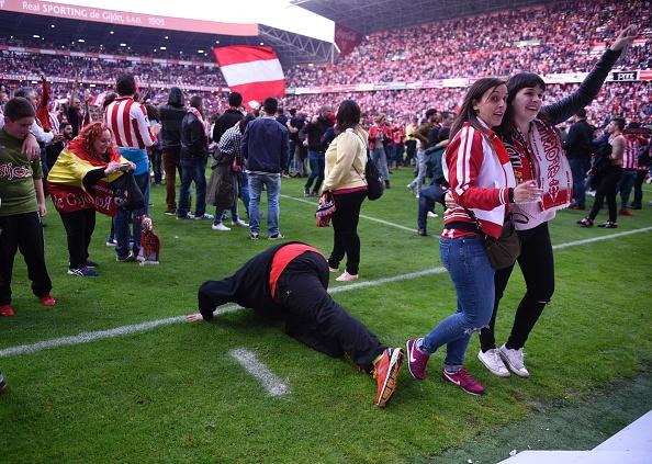Torcedores invadiram o campo para comemorar permanência em La Liga (Foto: Getty Images)