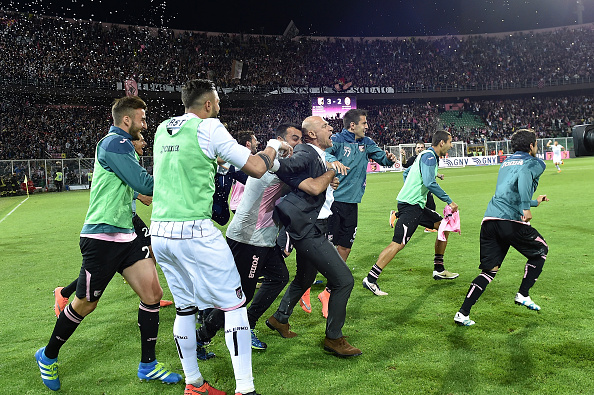 The Palermo backroom staff and bench run on to the pitch after final day victory | Photo: GettyImages