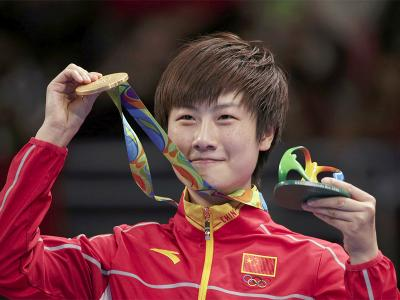 Ding Ning posing with her Gold Medal in Rio | Photo by Reuters