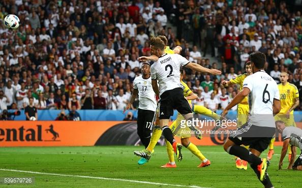 Cabezazo de Mustafi para abrir el marcador en favor de Alemania. // (Foto de Getty Images)