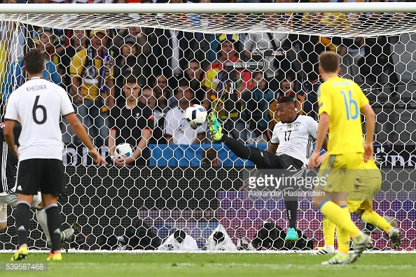 Boateng salva a su equipo sobre la línea de gol. // (Foto de Getty Images)