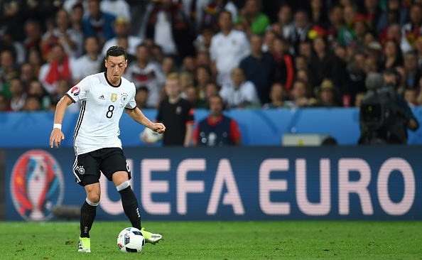 Özil was guilty of being too selfless on more than one occasion on Sunday evening. (Photo: PATRIK STOLLARZ/AFP/Getty Images)