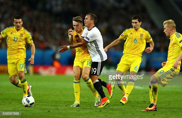 Götze tuvo un complicado partido ante los defensores ucranianos. // (Foto de Getty Images)