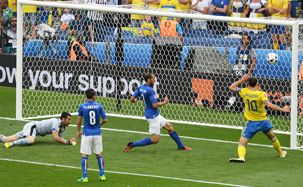 Ibrahimovic hits over from close | Photo: GettyImages