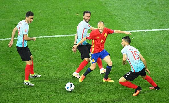 Iniesta foi mais uma vez o dono do meio-campo (Foto: Getty Images)