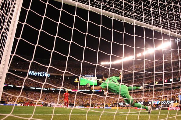Penalti ejecutado por Trauco, y atajado por Ospina | Foto: Getty Images