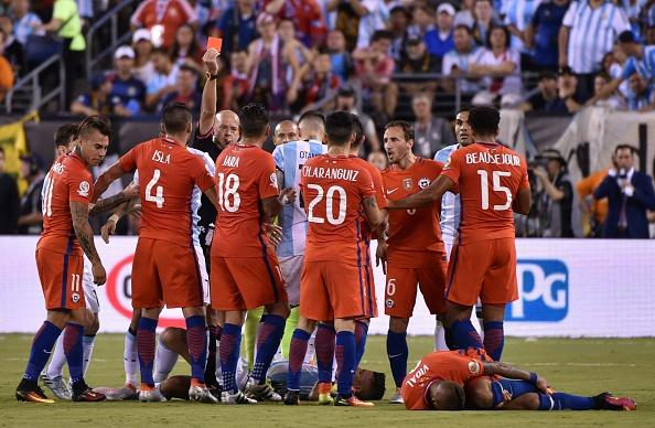 Héber Roberto Lopes expulsa Rojo, em nova decisão polêmica da partida (Foto: Getty Images)