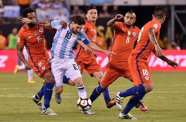 Chile ampliou marcação em Messi e argentino foi pouco acionado na segunda etapa (Foto: Nicholas Kamma / AFP / Getty Images)