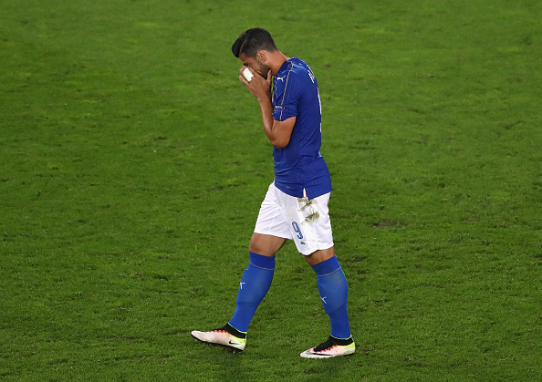 Walk of shame. An embarrassed Pelle heads back to his team mates | Photo: GettyImages