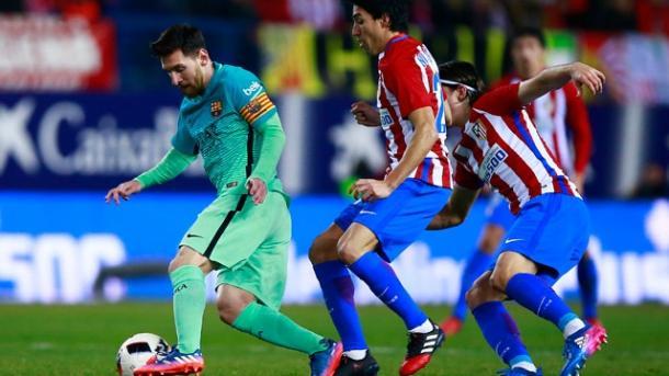 Messi nasconde la palla, durante l'ultimo incrocio al Calderon, in Copa del Rey. Fonte foto: dnaindia.com