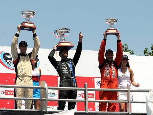 Alfonso Domenech, Nicolas Posco y Emiliano Giacoponi festejando en el podio. Foto: APAT.
