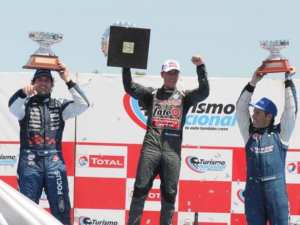 Emanuel Moriatis, Leonel Pernía y Leonel Larrauri festejando con sus trofeos en alto. Foto: APAT.