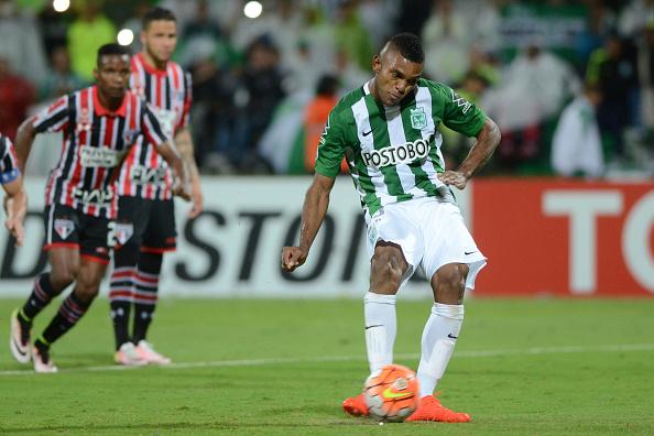 Borja convertendo o pênalti e marcando seu 4 gols nos 2 jogos de semifinal (Foto: Getty Images)