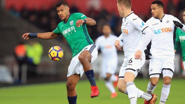 Rondón cubriendo el balón ante dos jugadores del Swansea | Imagen::