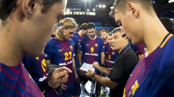 Xavi Pascual da instrucciones a los suyos. Foto: FC Barcelona.