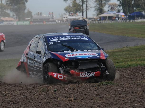 Así quedo el Peugeot de Facundo Chapur luego de los sucesivos choques que sufrio. Foto: APAT.