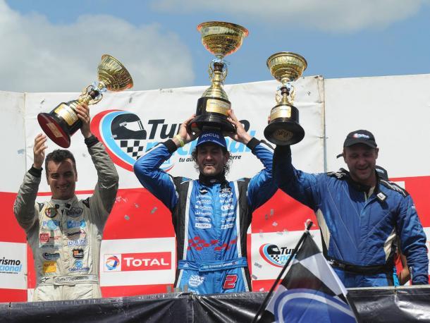 D' Aguano, Moriatis y Teti festejando con sus trofeos en alto. Foto: APAT.
