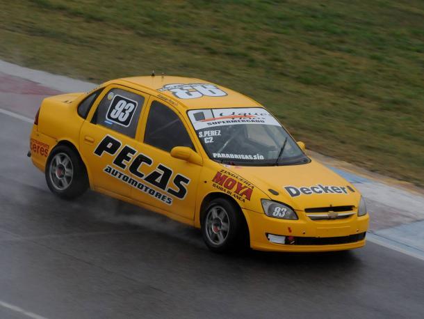 Sebastian Pérez a bordo de su Chevrolet Corsa abriendo la primera prueba clasificatoria de la Clase 2. Foto: APAT.