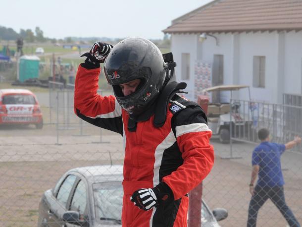 """Gabriel Fernandez festejando su primera victoria en el """"TN"""" luego de bajarse del Renault Clio Clase 2. Foto: APAT."""