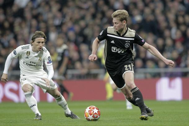 De Jong frente a Modrid en el Santiago Bernabéu / Foto: twitter oficial Ajax.