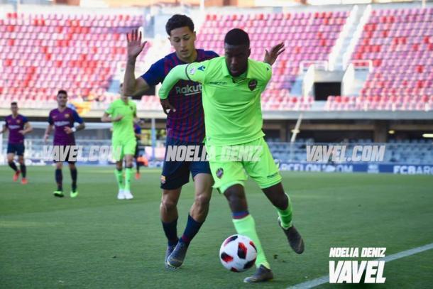 Kike Saverio pugna un balón en el choque disputado la pasada campaña. FOTO: Noelia Déniz