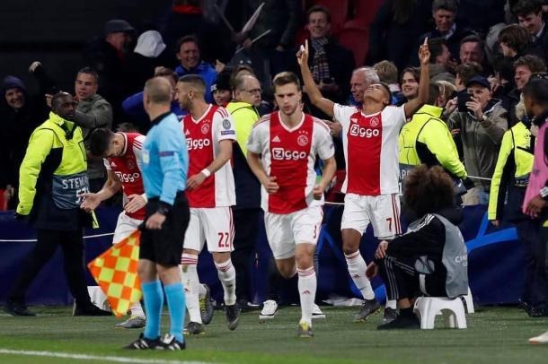 Neres celebra el gol del empate / Foto: twitter oficial Ajax