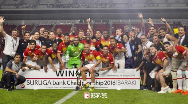 Los logros llegaron al plano intercontinental, pues Santa Fe se convirtió en el primer y único equipo colombiano en ganar un título fuera del continente americano. Imagen: Independiente Santa Fe.