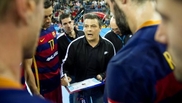 Xavi Pascual dando instrucciones a sus jugadores. Foto: FC Barcelona.