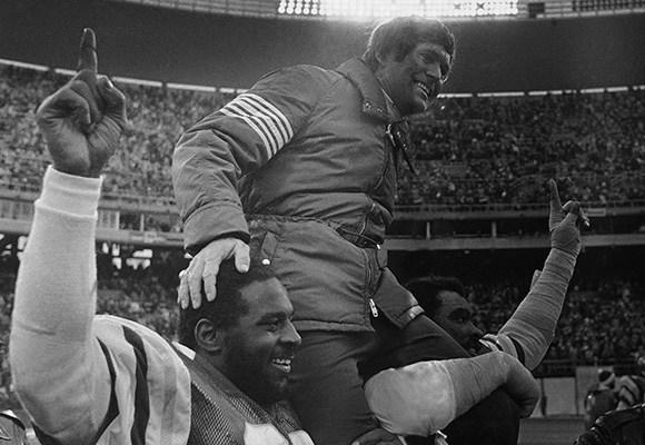 El entrenador de los Eagles desde 1976 a 1982 celebra la victoria sobre los Vikings en la ronda divisional de 1980 | Foto: NFL