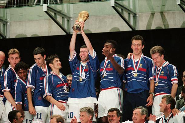 Zidane foi o destaque da França e decidiu a final contra o Brasil em 1998 (Foto: Getty Images)