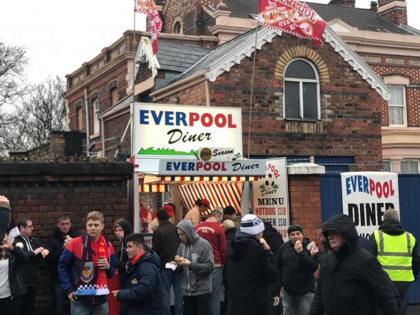 Aficionados del Liverpool alrededor del puesto Everpool antes de un encuentro ante el Burnley FC | Imagen: Víctor Diéguez
