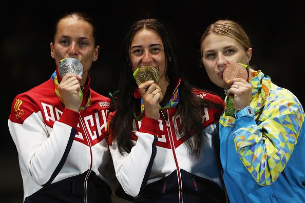 Russas e ucraniana comemoram suas medalhas após cerimônia de entrega (Foto: Patrick Smith / Getty Images)