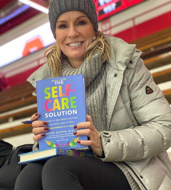 Jennifer Ashton con El libro del autocuidado | Foto: @drjashton