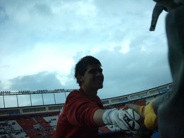 Cuéllar, saludando a aficionados cuando era canterano del Atlético, en un Atlético - Mallorca de la temporada 2004/05. Foto: Del autor