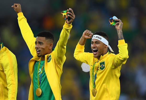 Gabriel Jesus e Neymar com a medalha das Olimpíadas (Foto: Laurence Griffiths/Getty Images)