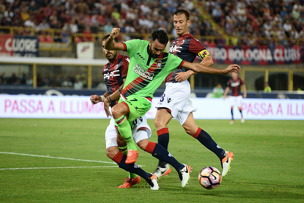 Palladino fights to get free from the Bologna defender | Photo: Mario Carlini / Iguana Press/Getty Images