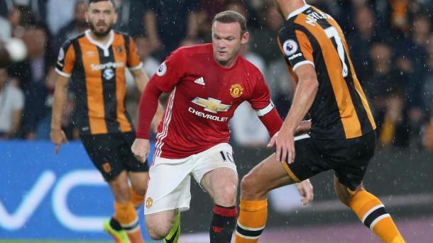 Rooney impegnato nella difesa del pallone. Fonte foto: Premierleague.com