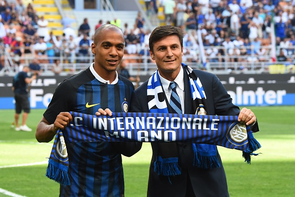 Joao Mario was unveiled to Inter fans before kick-off on Sunday, pictured here with Javier Zanetti | Photo: Giuseppe Cacace/AFP/Getty Images