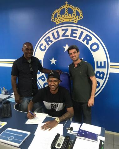 Jovem Arthur assinou novo contrato ao lado do pai e do diretor da base cruzeirense Eduardo Freeland. (Foto: Divulgação/Cruzeiro)